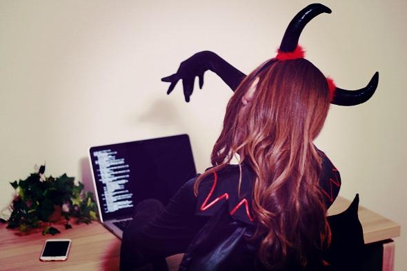 パソコンとにらめっこする女の子