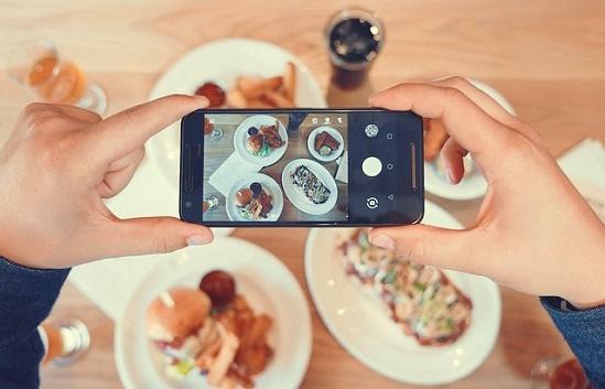 食事の写真を撮っている様子